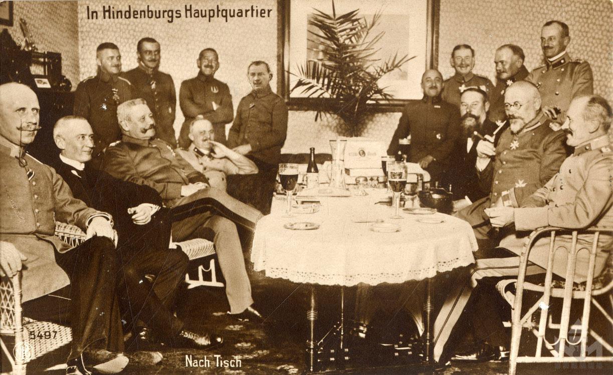 Paul Hindenburg, bal szélen Ludendorff (képeslap a sárvári múzeum gyűjteményéből ltsz. 66.47.1340.)